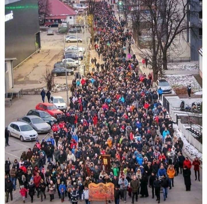 """PROTESTI U CRNOJ GORI NE PRESTAJU: Molebani, šetnje i povici: """"Ne damo  svetinje"""" -"""